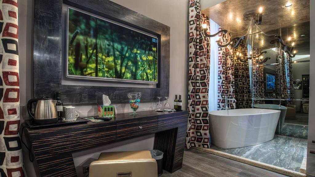 Colonna-suite-del-corso-rome-deluxe-room-bath-202b-56