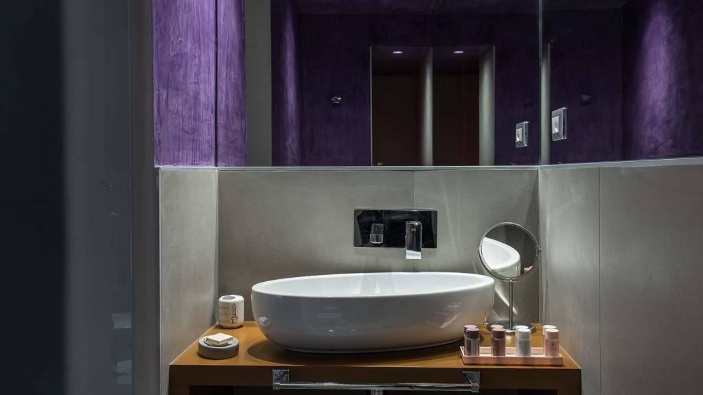 Colonna-suite-del-corso-rome-small-room-bathroom-106d-2