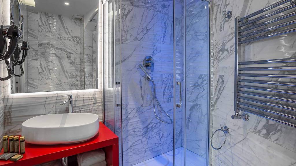 Colonna-suite-del-corso-guest-house-rome-deluxe-red-room-bathroom-3624