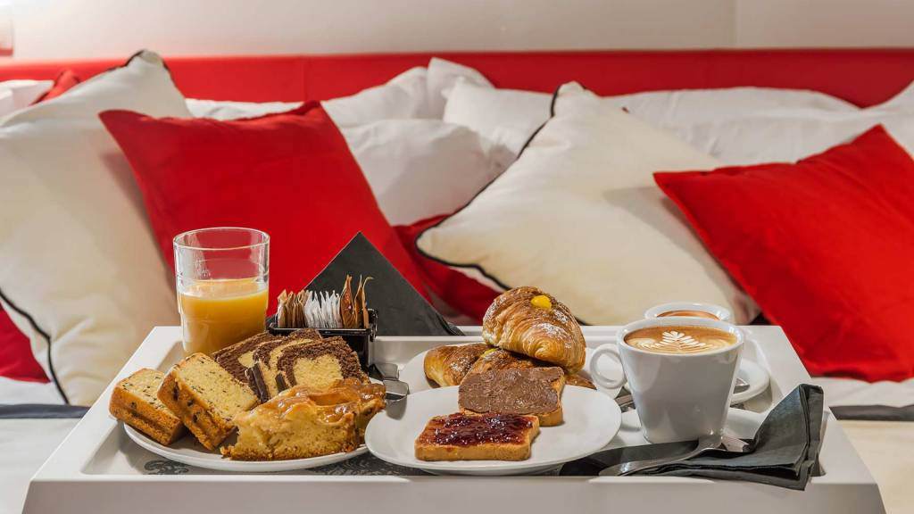 Colonna-suite-del-corso-guest-house-rome-deluxe-red-room-breakfast-3628