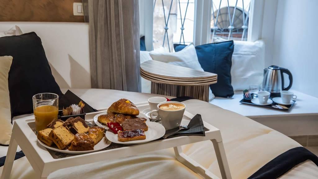 Colonna-suite-del-corso-guest-house-rome-deluxe-brown-room-breakfast-3656