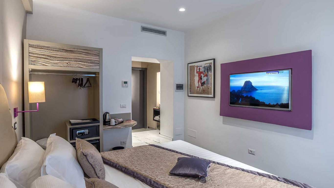 Colonna-suite-del-corso-rome-small-room-bed-302d-8