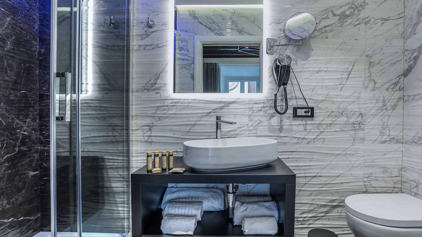 Colonna-suite-del-corso-guest-house-rome-classic-black-room-bathroom-3641